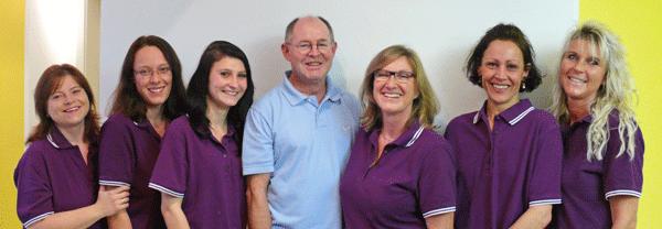 Zahnarzt Robert Krämer mit Praxisteam im November 2013