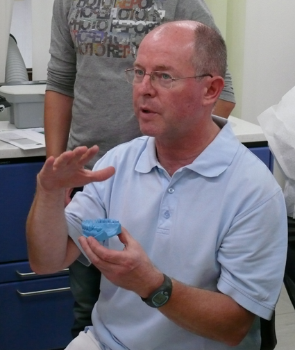 Dr. med. dent. Robert Krämer beim Vortrag vor Patienten am Informations-Abend