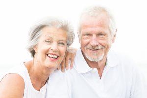 gut gelauntes, lächelndes Senioren-Paar