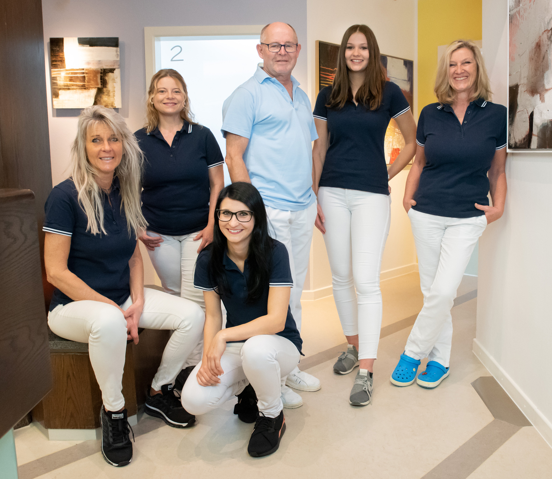 Foto vom Praxisteam im Empfangsbereich, Zahnarzt Dr. Robert Krämer in Edling bei Wasserburg am Inn